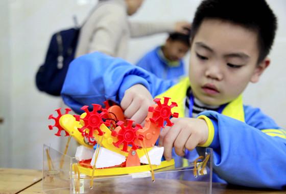 龙马潭区举行青少年极速越障机器人比赛