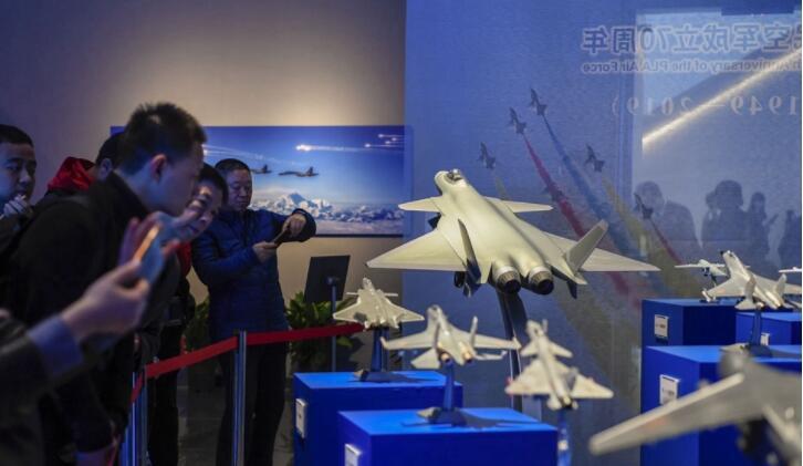 """庆祝人民空军成立70周年""""我爱祖国的蓝天""""主题摄影展开幕"""