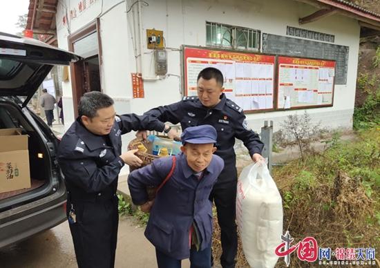 蓬溪县公安局党委副书记冯旭组织民警开展扶贫入户送温暖活动